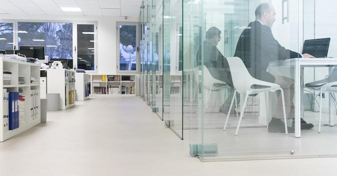 La sala de profesores de la Universidad Camilo José Cela, más cómoda y silenciosa con el nuevo suelo Altro Orchestra