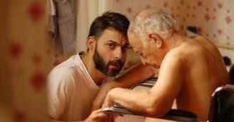 Los hombres que cuidan a sus familiares en el hogar se sienten menos apoyados que las mujeres