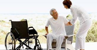 Los profesionales deben prepararse para atender a mayores con discapacidad